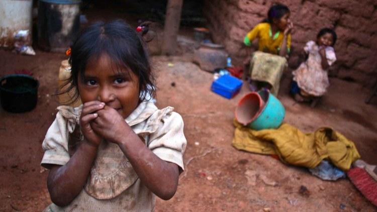 Tres niñas indígenas nahuas en el interior de su casa. México cuenta con tasas de pobreza infantil superiores al 20% segun informe para el desarrollo 2004 de la ONU.
