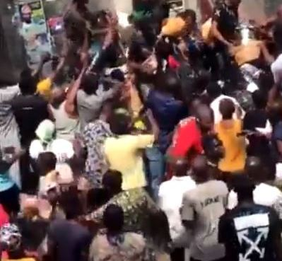 Thugs Share COVID-19 Palliatives Found At The Oba Of Lagos Palace (Video)