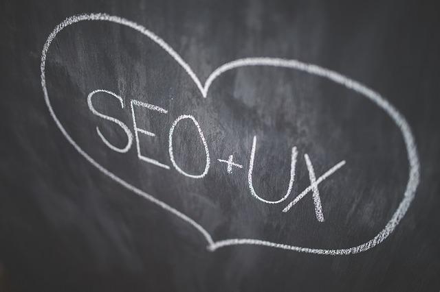 SEO plus användarvänlighet (UX) är lika med kärlek i skrift på svarta tavlan