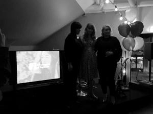 Influencers of Sweden, bild på TV-skärm med Influencers of Swedens logga. Till höger om skärmen styrelsen: från vänster Sara Rönne, Clara Lidström och Linda Hörnfelt