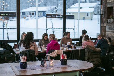 influencers of sweden sitter vid fönstret på Åre bageriet och äter frukost. bild tagen av Linda Hörnfeldt