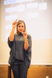 Närbild på Maryem Nasri som håller föreläsning om SEO för bloggare i Åre.