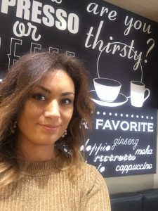 Interim konsult Maryem Nasri - Digital nomad på kafé i Milano