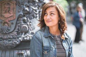 Bild på Maryem Nasri i jeansjacka. Bilden är tagen av Fotograf: Caroline Frankesjö www.carolinefrankesjo.se