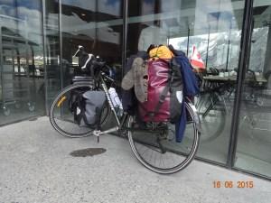 Sykkel avbildet ved turistsenteret på Trollstigen.