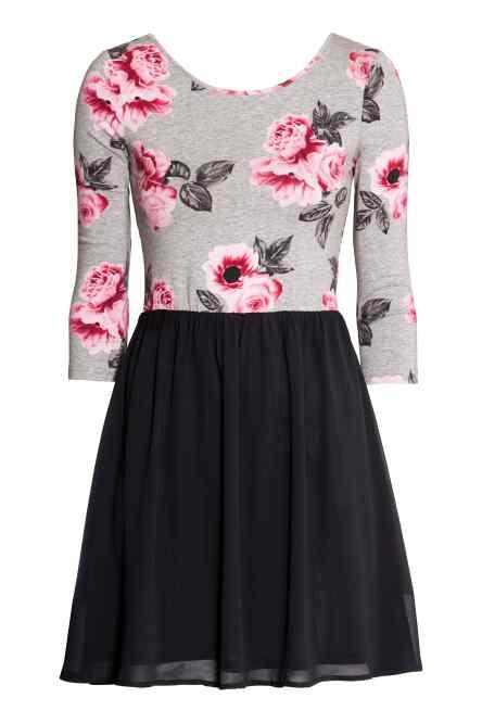 La parta superiore del vestito bilancia quella inferiore grazie alla presenza delle stampe che allargano il torso. Fonte:http://www2.hm.com/it_it/productpage.0245069005.html