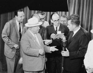 El vicepresidente estadounidense Richard Nixon debatiendo con Nikita Jrushchov en lo que llegó a ser conocido como el debate de cocina.