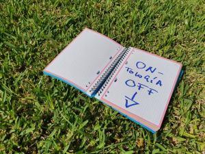Cuaderno sobre césped.