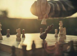 Jugando al ajedrez.