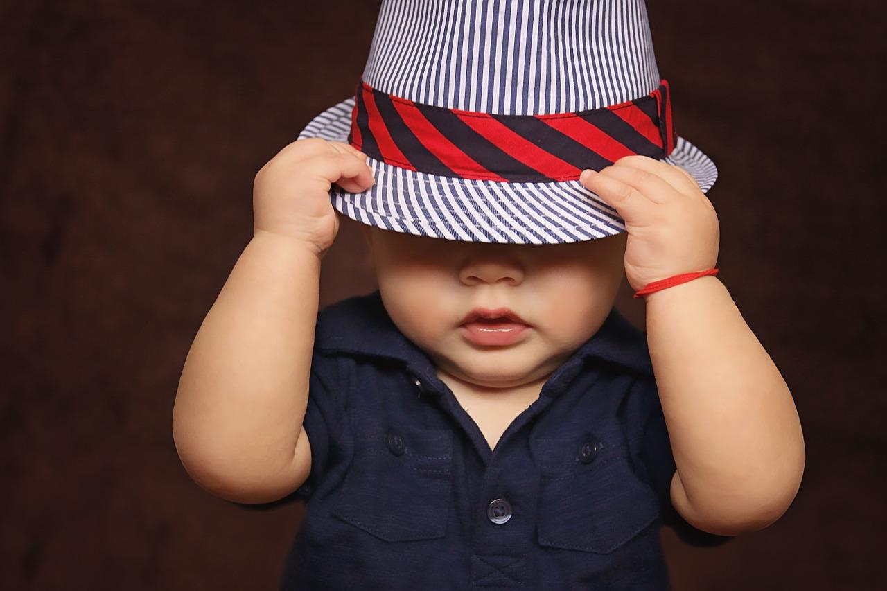 帽子を深くかぶった赤ちゃん