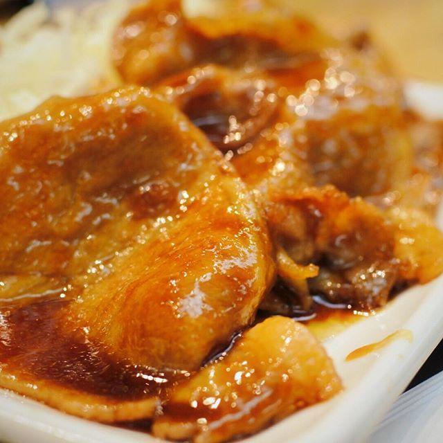 今日のランチは生姜焼き定食!脳ではハムカツ定食のボタンを押したはずが身体が生姜焼き定食のボタンを押していた。次回はハムカツ定食のボタンを押してやる。#肉 #肉の日 #生姜焼き #グルメ #delicious #oisii #hokkaido #sapporo #japan #yammy #instafood #follow #followme #instagood #food #instagram #ノマサール条約 #タベラサール条約