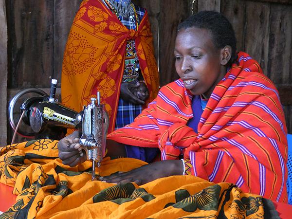 Een van de leden van de Loita Olodoare vrouwengroep laat zien hoe zij aan de maandverbanden werkt