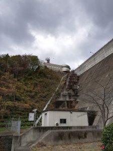 ダムの堤防と管理棟。