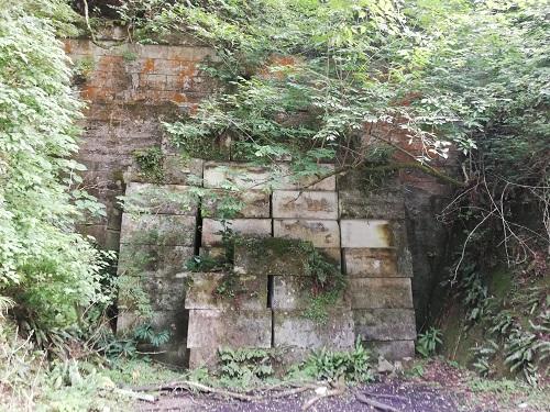 旧犬鳴トンネルの入り口に角ばった大きな石がたくさん重ね詰められている。