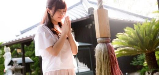 参拝する女性
