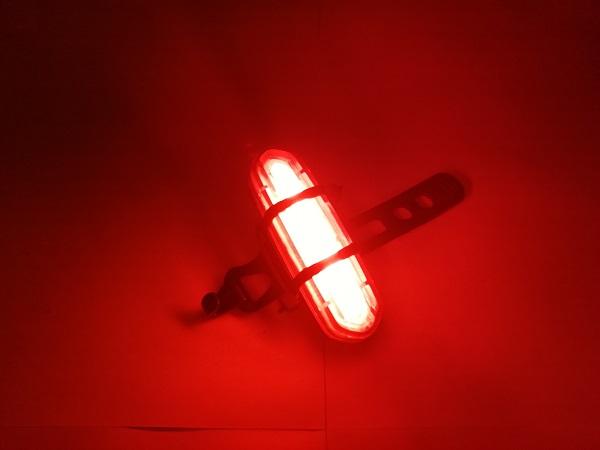 赤く光る自転車のテールライト。