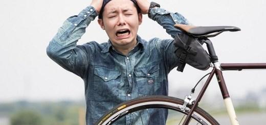 自転車を見て嘆く男性