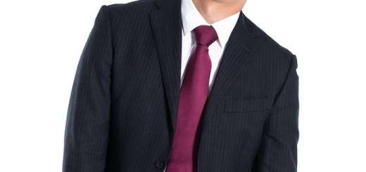 だらーっとしたスーツ姿の男性