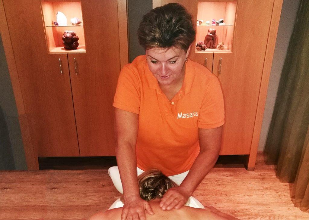 Karin tijdens het geven van een behandeling, rugmassage