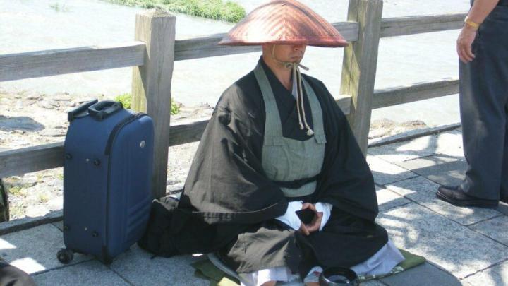 Сколько должны зарабатывать японские мужья? Опрос.