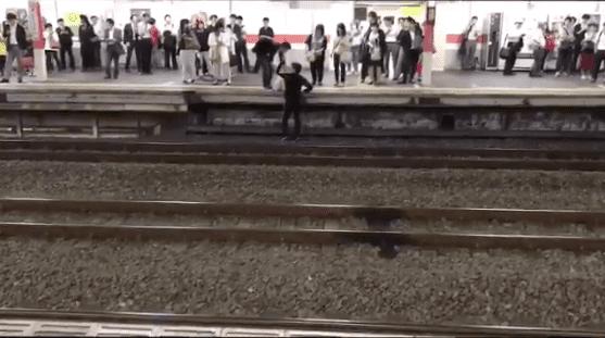 """""""Можете ли вы сбросить бомбу на Америку?"""" Японец шокирует пассажиров опросом с железнодорожных путей"""