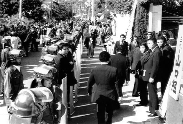 Прощание с Кадзуо Таокой проходило под охраной полиции. 1985 год.