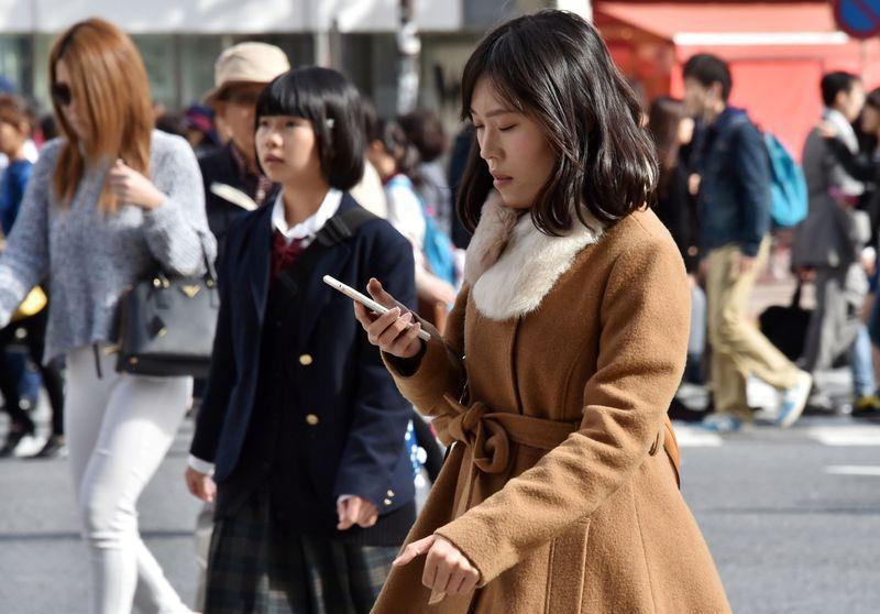Закон, запрещающий пешеходам смотреть на  смартфон.