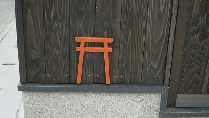 Как хитрые японцы борются с мусором и мочой на стенах?