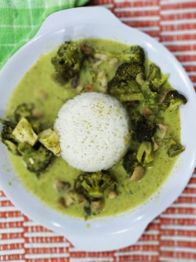 Thai_green_curry_and_rice