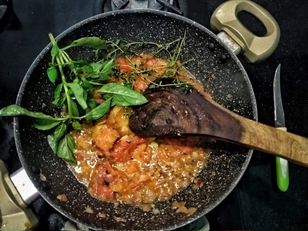 Chopped_Tomatoes_and_herbs