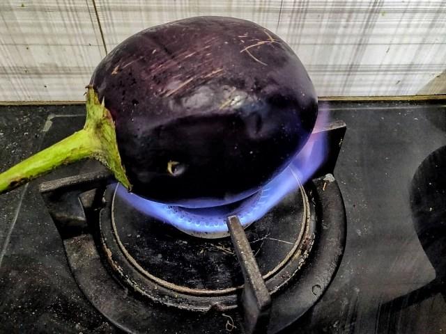 BainganChokha_roasting_eggplant_on_flame