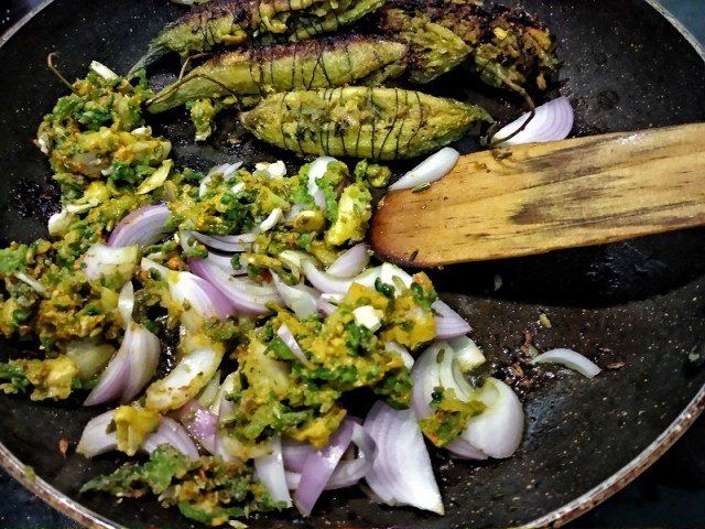 Now_add_the_leftover_masala_and_thinly_sliced_onions