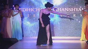 SUSHMITA SEN CLEAVAGE SHOW AT IIJW 2012 FOR BIRDICHAND GHANSHYAMDAS - YouTube[(002306)21-11-37]