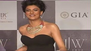 SUSHMITA SEN CLEAVAGE SHOW AT IIJW 2012 FOR BIRDICHAND GHANSHYAMDAS - YouTube[(007148)21-18-11]