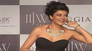 SUSHMITA SEN CLEAVAGE SHOW AT IIJW 2012 FOR BIRDICHAND GHANSHYAMDAS - YouTube[(007625)21-16-38]