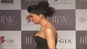 SUSHMITA SEN CLEAVAGE SHOW AT IIJW 2012 FOR BIRDICHAND GHANSHYAMDAS - YouTube[(007925)21-17-04]