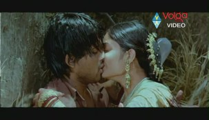 Allu Arjun Kiss scene With bhanusree In Varudu - YouTube(3)[(003036)20-13-31]