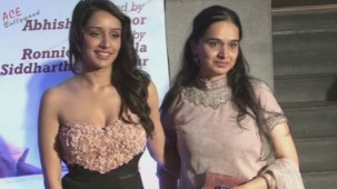Shraddha Kapoor Adjusting Gown (Shakti Kapoor's Daughter)[20-12-28]