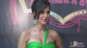 Neha Dhupia Holding Strapless Green Gown[19-15-56]