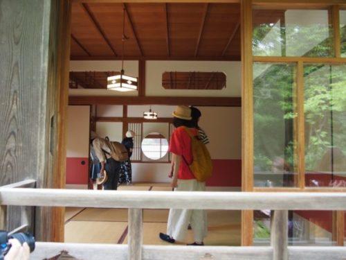 モリコロパークサツキとメイの家の和室に人が立っている