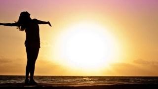 人生なんとかなると太陽を浴びている人