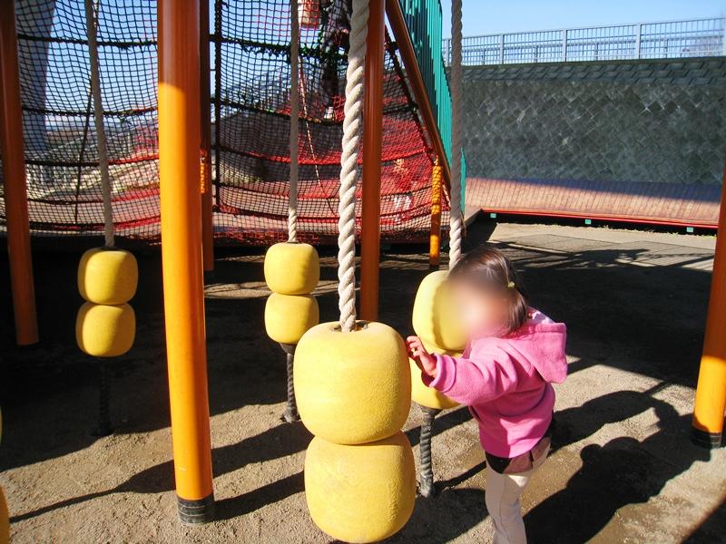 黄色い浮き輪の遊具で遊ぶ子供