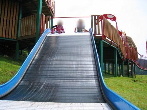 モーモーキッズランドの幅の広い滑り台
