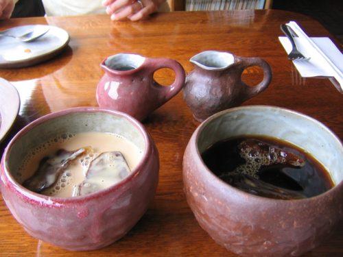 器に入れられた伊豆でランチできるマンダラのコーヒーとカフェオレ