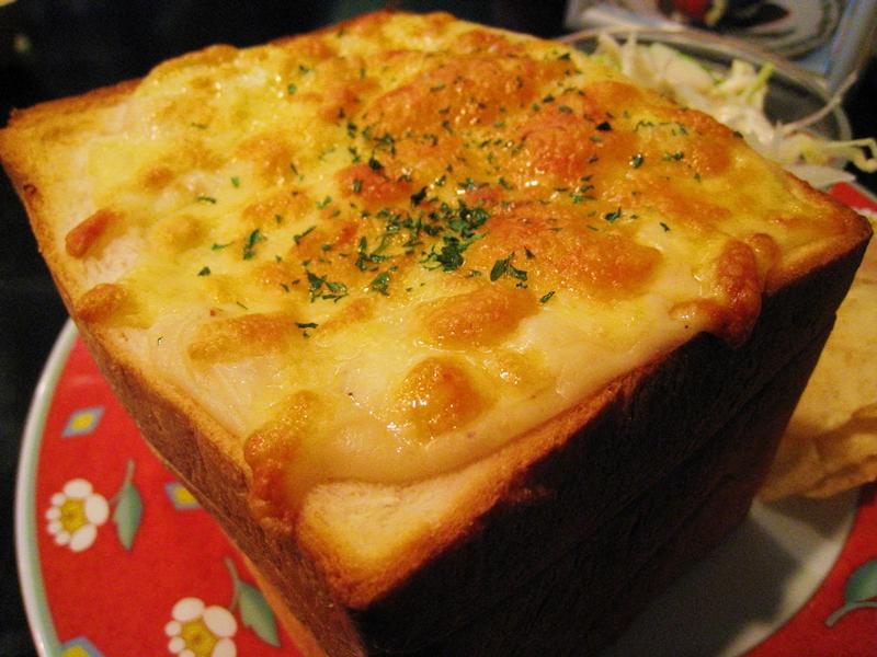 チーズのたっぷりかかった食パン
