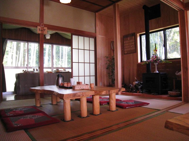 和室に木のテーブルが置かれている