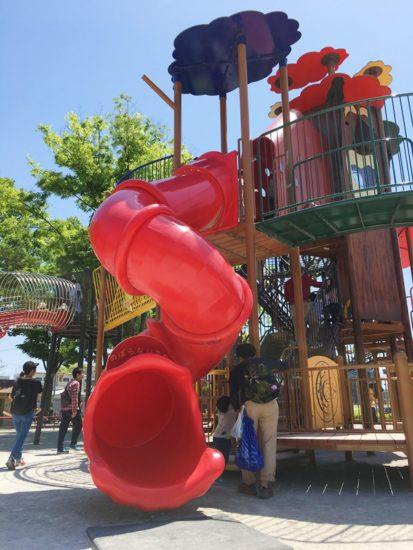 森下公園の遊具から赤い滑り台が伸びている
