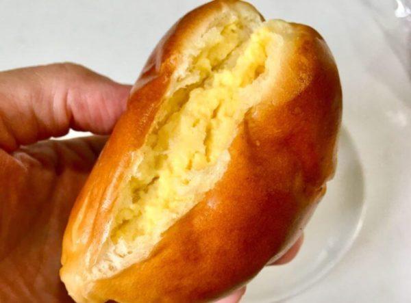 ワタナベーカリーのクリームパンを二つに割っている