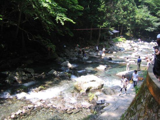 浄蓮の滝付近の川で釣りをする人々