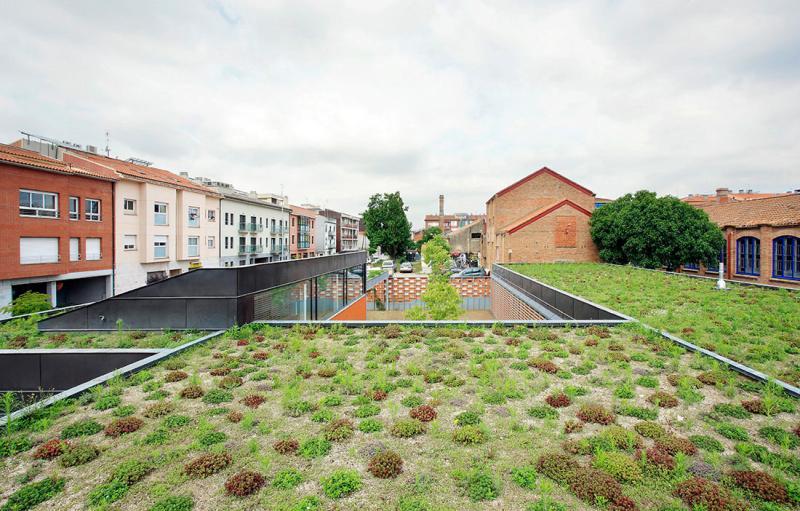 Bangunan dengan Atap Hidup Berupa Taman Bunga dan Tanaman